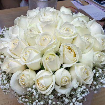 צרור ורדים לבן וגיפסנית