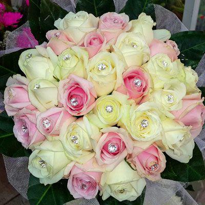 צרור ורדים ורוד לבן